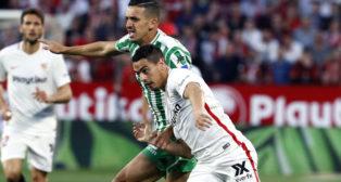 Feddal pugna con Ben Yedder en el Sevilla-Betis (EFE)