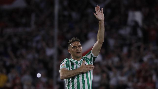 Joaquín saludó a los aficionados del Betis al término del partido en Nervión (Foto: Raúl Doblado/ABC)