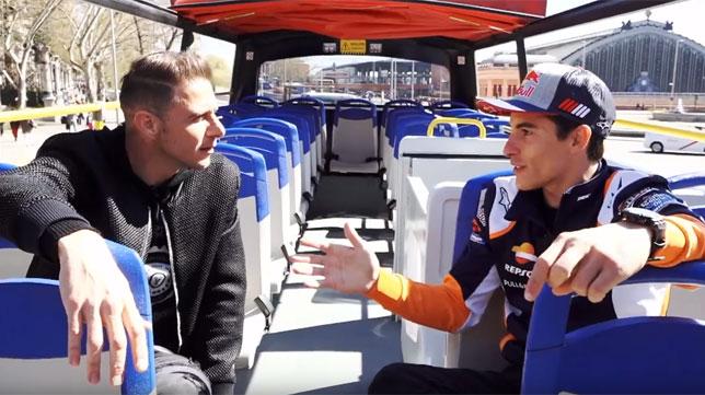 Joaquín y Marc Márquez conversan en el autobús turístico de Madrid