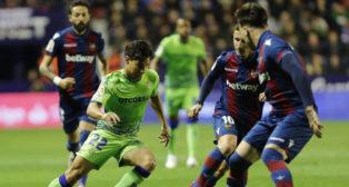Lainez intenta una jugada durante los últimos minutos del Levante-Betis (Foto: LaLiga)