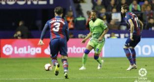Sidnei realiza un pase ante Toño y Morales en el Levante-Betis (LaLiga)