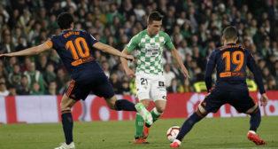 Lo Celso controla el balón ante Parejo y Rodrigo en el Betis-Valencia (Foto: Manuel Gómez).