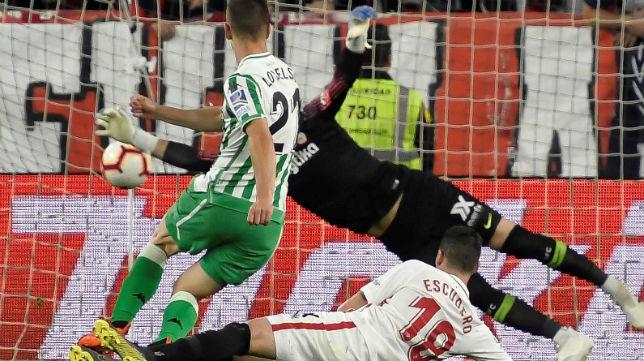 Lo Celso remata para marcar en el Sevilla-Betis (Foto: EFE)