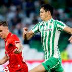 Mandi y Pedrosa, durante el Betis - Espanyol (Foto: EFE)