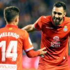 Óscar Melendo, jugador del Espanyol, celebra uno de los tantos de su equipo junto a Borja Iglesias (EFE)
