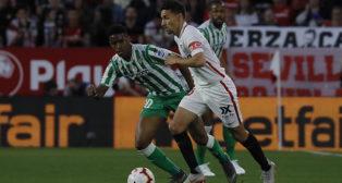 Navas y Junior, en un lance del Sevilla-Betis (Raúl Doblado)