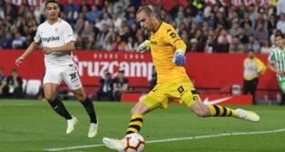 Pau López golpea el balón durante el derbi Sevilla - Betis
