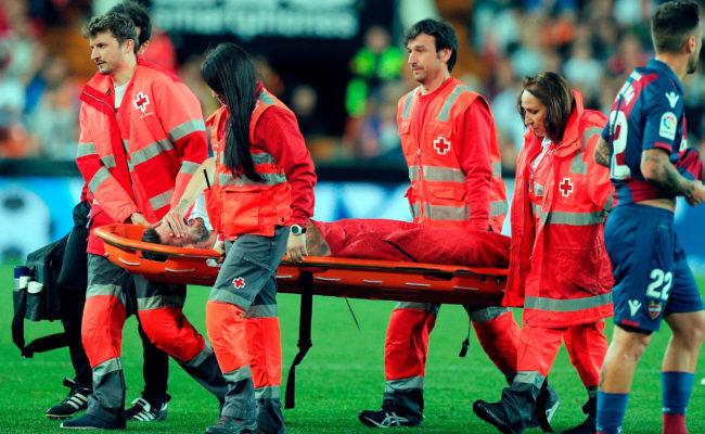 Cristiano Piccini es retirado en camilla durante el Valencia y Levante (Foto: EFE)