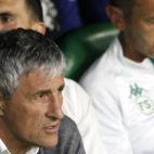 Quique Setién, con parte de su cuerpo técnico antes del Betis-Valencia (Foto: Manuel Gómez).