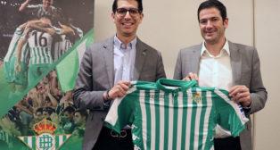 Ramón Alarcón (derecha), en el anuncio de los campus que el Betis pondrá en marcha en Estados Unidos y México (Foto: Real Betis)