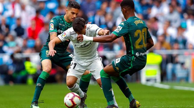 Bartra y Junior intentan arrebatarle el balón a Brahim (EFE)
