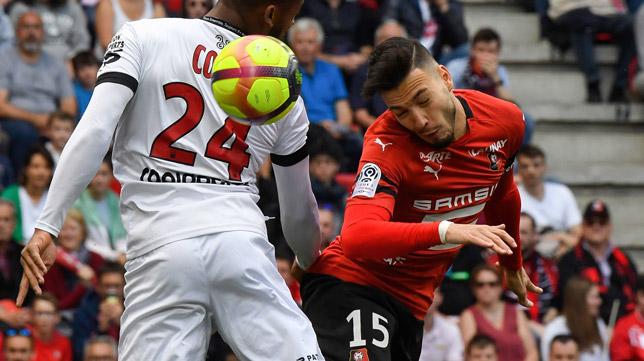 Bensebaini, durante un partido de la Ligue 1 (Foto: AFP)