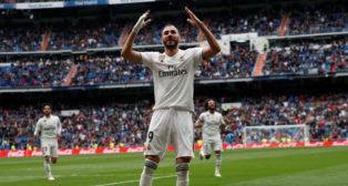 Benzema celebra un gol en el Bernabéu (Foto: REUTERS)