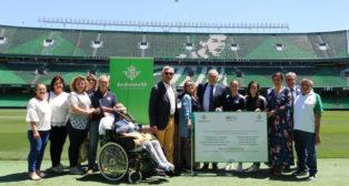 Rafael Gordillo, presidente de la Fundación, la consejera del Real Betis María Victoria López y las jugadoras Nuria Ligero 'Nana' y Rosa Márquez entregan el importe recaudado (RBB)
