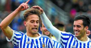 Canales es felicitado por Juanmi tras marcar un gol con la Real