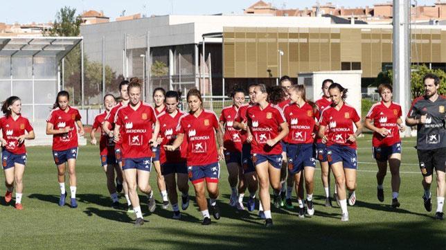 Rosa Márquez, a la izquierda de la imagen, en un entrenamiento reciente con la selección española (Foto: @SeFutbolFem)