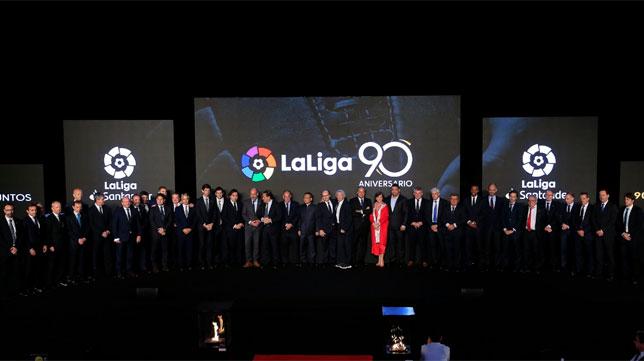 Foto de familia final en la gala del noventa aniversario de LaLiga (Foto: LaLiga)