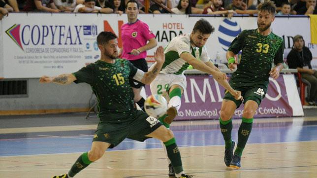 Rubén Cornejo trata de taponar el disparo de César ante Arévalo en el Córdoba CF Futsal-Real Betis Futsal (Foto: Córdoba CF Futsal).