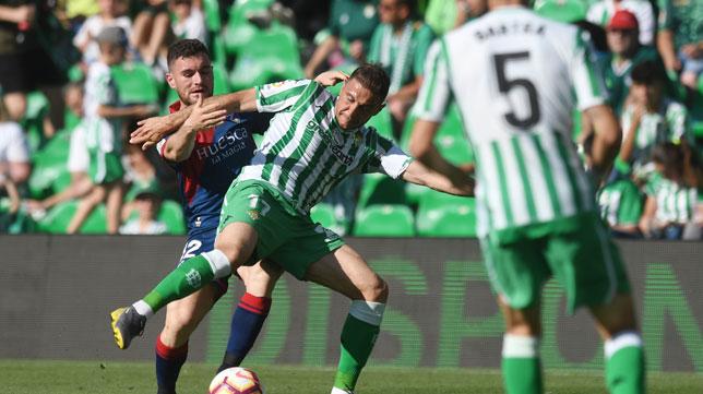 Joaquín protege el balón ante Galán durante el Betis-Huesca (Foto: Juan José Úbeda).