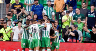 Los jugadores del Betis celebran el segundo gol de Joaquín en el Betis-Huesca