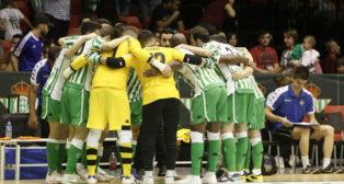 Los jugadores del Betis Futsal, en el corro previo al inicio del partido ante el Córdoba (Foto: Manuel Gómez).