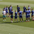 Los futbolistas del Betis se juntan en torno a Setién en la charla previa al entrenamiento del viernes (Foto: Manuel Gómez/ABC)