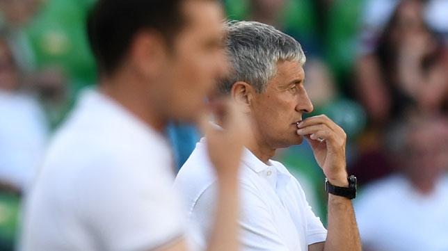 Setién observa la evolución del juego junto a Francisco durante el Betis-Huesca (Foto: Juan José Úbeda).