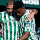 Joaquín y Junior celebran el 1-0 en el Betis-Huesca (Foto: EFE).