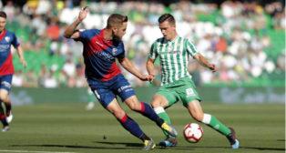Lo Celso encara a Diéguez en el Betis-Huesca (Foto: LaLiga).