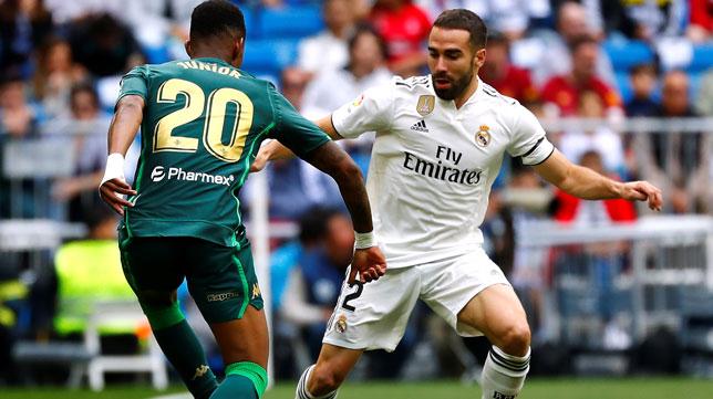 Junior encara a Carvajal en el Real Madrid-Betis (Foto: Reuters)