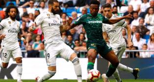 Kaptoum disputa un balón con Benzemá en el Real Madrid-Betis (Foto: Reuters)