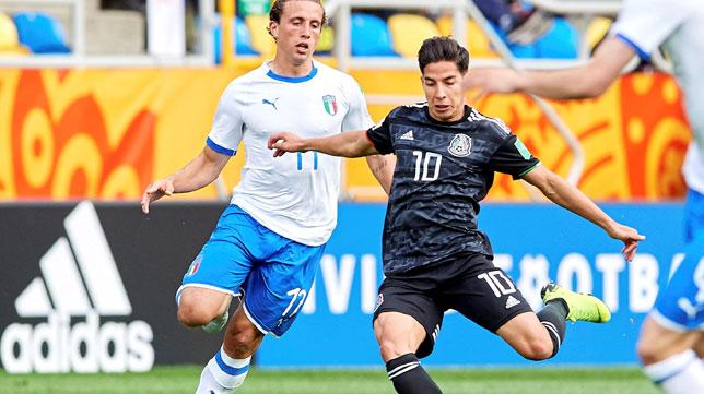 Lainez arma el disparo ante Pellegrini durante el México-Italia del Mundial sub 20 (Foto: EFE).