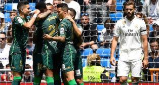 Los jugadores del Betis felicitan a Jesé por su gol al Real Madrid