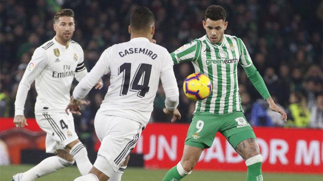 Ramos, ante Sanabria y Casemiro en el Betis-Madrid de la primera vuelta (Foto: LaLiga)