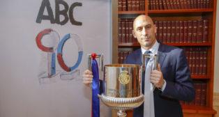 Luis Rubiales, en la Casa de ABC con la Copa del Rey (Foto: Raúl Doblado).