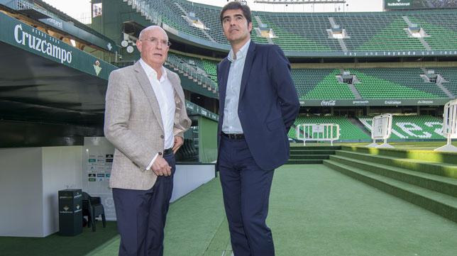 Lorenzo Serra Ferrer y Ángel Haro, en el césped del Benito Villamarín (Foto: J. J. Úbeda)