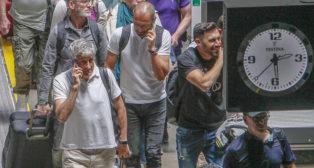 Quique Setién habla por teléfono a su llegada a Santa Justa tras el último partido con el Betis (Foto: Manuel Gómez)