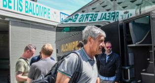 Quique Setién, en la salida del equipo verdiblanco hacia Madrid (Foto: Cristina Gómez)