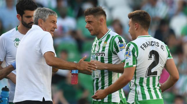 Setién dialoga con Joaquín y Francis en el Betis-Huesca (Foto: Juan José Úbeda)