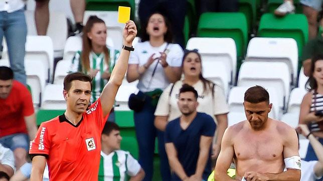 Cordero Vega le muestra la amarilla a Joaquín durante el Betis-Huesca (Foto: EFE).