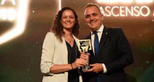 Fernando Moral recogió el premio de manos de Isabel Sánchez (Foto: Betis Energía Plus)