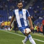 Borja Iglesias conduce el balón en un encuentro con el Espanyol (Imago Images).