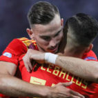 Fabián y Ceballos se abrazan durante el España-Polonia del Europeo sub 21
