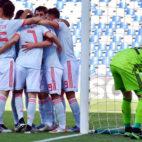 Varios futbolistas españoles celebran el primer gol del encuentro ante Bélgica en el Europeo sub 21 (Foto: EFE)