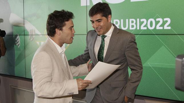 Rubi dialoga con Ángel Haro durante su presentación (Juan Flores)