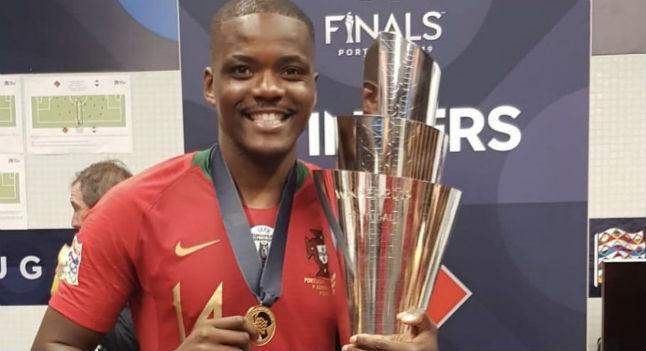 Carvalho, con el título obtenido tras ganar en la final a Holanda