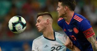 Lo Celso disputa un balón con James Rodríguez (Foto: AFP)