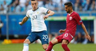 Lo Celso disputa un balón durante el Argentina-Catar de la Copa América (Foto: Reuters)