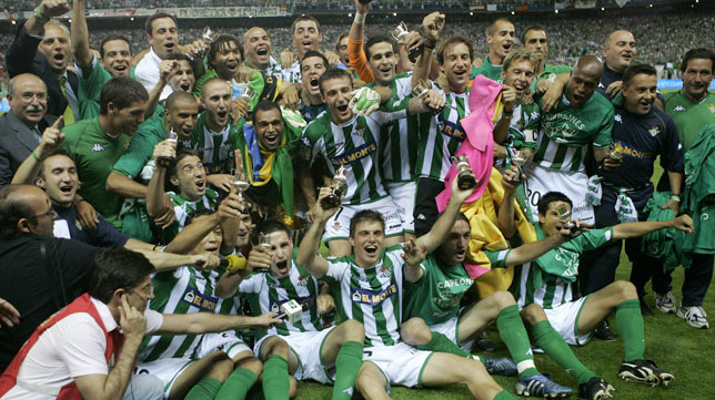 La plantilla y cuerpo técnico del Betis celebra la Copa del Rey ganada a Osasuna en 2005 (AP)