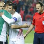 Joaquín y Reyes se abrazan antes de un derbi en el Sánchez-Pizjuán